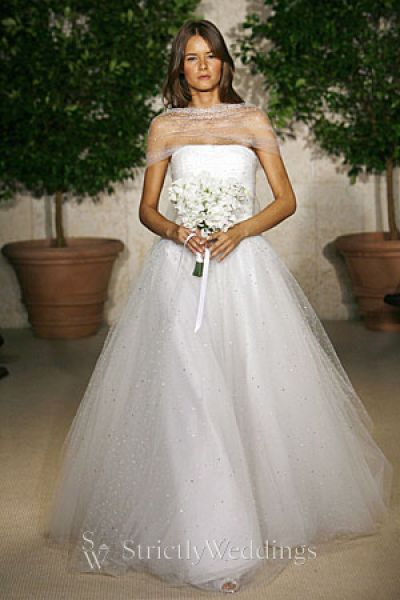 The style 39s full skirt camouflages hips and buttocks Ballroom Wedding Gown